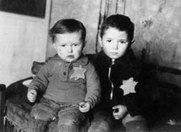 """Діти єврейського гетто з """"зірками Давида"""""""