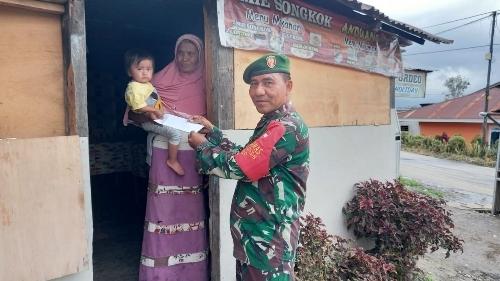 Danramil 0309-10/Legum Terjun Langsung Bagikan Zakat Fitrah ke Wilayah Binaan