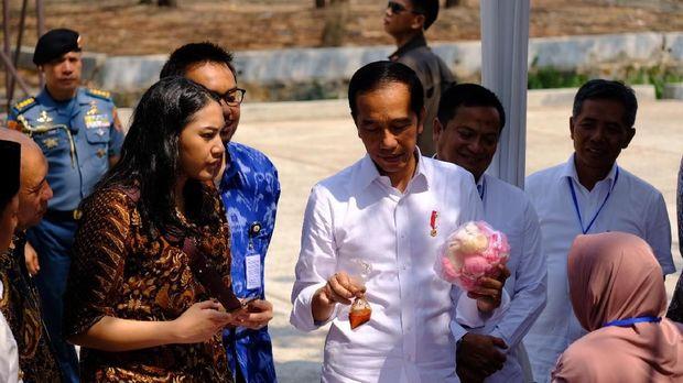 Ibu-ibu di Subang Mendadak Ngaku Benci Prabowo, Jokowi Bilang Begini
