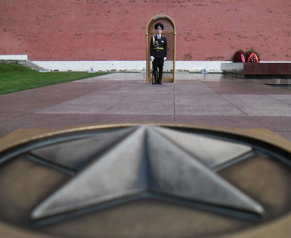 soldiers guarding the Kremlin