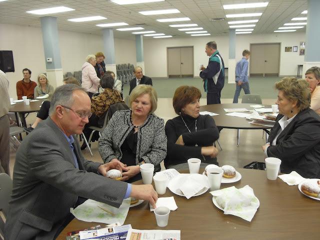 Spotkanie medyczne z Dr. Elizabeth Mikrut przy kawie i pączkach. Zdjęcia B. Kołodyński - SDC13527.JPG