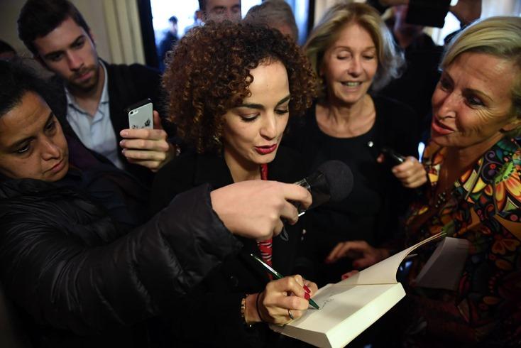 l-auteure-franco-marocaine-leila-slimani-signe-un-livre-en-arrivant-au-restaurant-drouant-a-paris-apres-avoir-remporte-le-prix-goncourt-le-3-novembre-2016_5736773