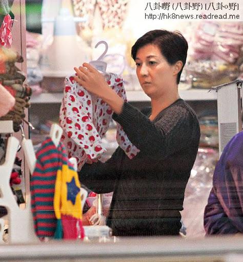 1:30pm買平價童裝 <br><br>上周五( 19日),吳綺莉在商台收工後,獨自駕車到沙田第一城。她先到附近商場行街,在一間童裝店買了一件特價$120的外套,看來是送給親友。