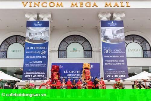 Hình 1: Hơn 800 lượt khách tham quan căn hộ mẫu R6 Vinhomes Royal City trong ngày khai trương