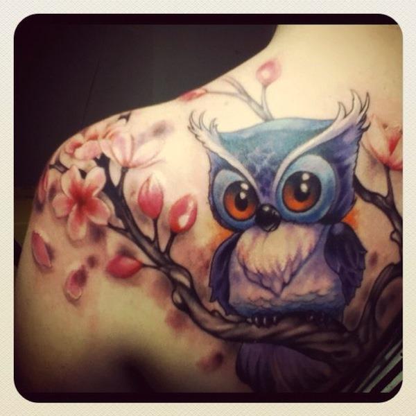 encantadora_coruja_tatuagem_com_bonitas_flores