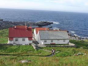 Runde fyrstasjon, disponeres av Den Norske turistforening og tilbyr overnatting. Selvbetjening.