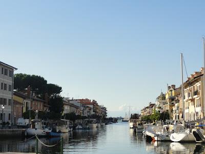 Kanal gjennom en by. Båter på begge sider.