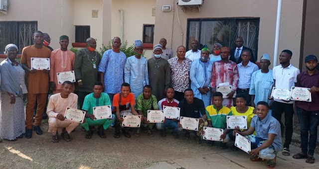 Fedpoffa Management Commends Outgoing Students ' Union Executives With Meritorious Certificate