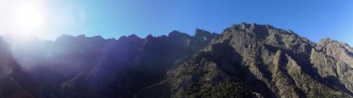 Le paysage vu depuis le sommet de la pente d'éboulis