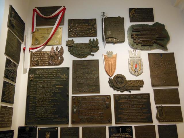 Placas en el interior de la Catedral Castrense del Ejército Polaco