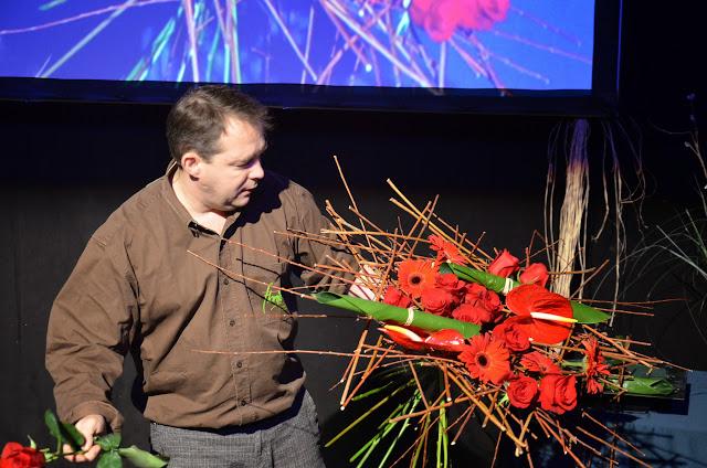 Didier Gilles va iniciar la seva demostració amb un espectacular ram de mà en tons vermells fet amb anthurium, roses i gerberes muntades sobre una estructura de mimbre.