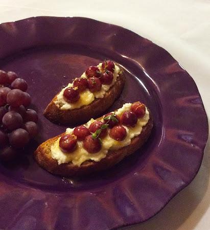 Kanapki, śniadanie, ser ricotta, miód, zioła, winogrona, przekąski