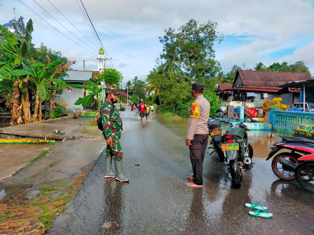 Sinergitas, Kapolsek Marioriawa bersama Danramil Pantau Titik Banjir
