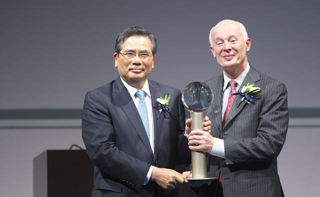 Kazuhiko Ishimura, Chairman of the Asahi Glass Foundation, and Hans Joachim Schellnhuber. The Blue Planet Prize, the world's most prestigious award for pioneers in environmental science was given to Hans Joachim Schellnhuber in Tokyo, 19 October 2017. Photo: Asahi Glass Foundation