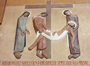 XIIIème Station : Jésus est descendu de la croix et confié à sa mère