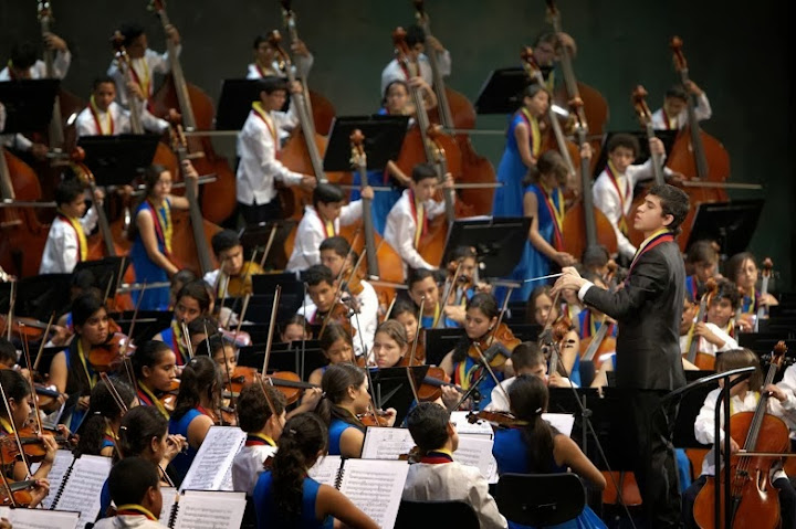 Jesús Parra took turns with Rattle to conduct the NCOV.
