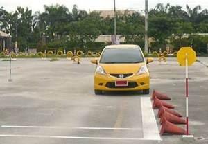 ท่าขับรถเดินหน้าและหยุดรถเทียบทางเท้า สอบใบขับขี่