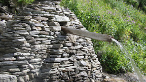 Source en pierres sèches