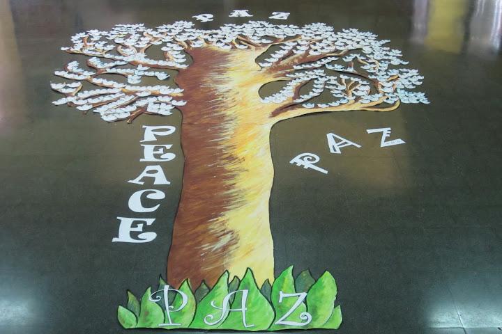 Es un árbol con las palomas de la paz