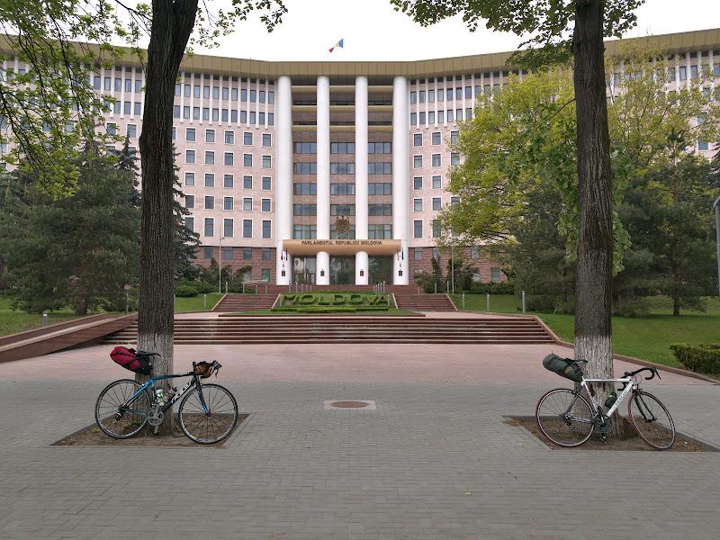 Incercad sa gasim atractiile turistice intr-un Chisinau cat se poate de comunist, aici in fata parlamentului Moldovean.