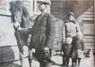 С лошадью Григорий Сигареткин,бабушка Матрона,маленькие Борис и Зоя(из личного архива Б. Сигареткина)