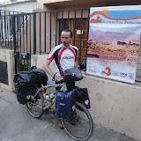 L'eroe davanti al cartello del Progetto Puna produttiva del GVC