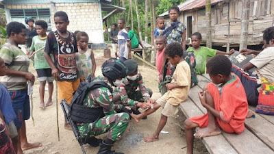Satgas Raider 300 Laksanakan Patroli Kampung Dan Berikan Pengobatan