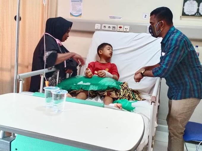 Iskandar Usman Al-Farlaky, kunjungi warga yang dirawat di RSUZA