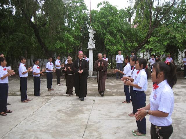 Đức Giám Mục Giáo Phận Nha Trang Ban Bí Tích Thêm Sức Tại Giáo Xứ Đồng Dài