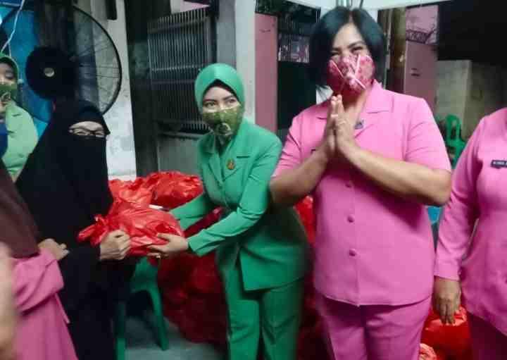 Ketua Persit KCK Ranting 2 Koramil 01/Ts Bagikan Sembako di Serbuan Vaksinasi Malam Hari 4 Pilar Tamansari...