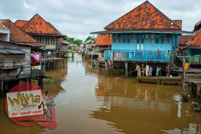 Perkampungan warga yang hidup di rumah panggung yang ada di Tepi Sungai Musi Palembang Sumatera Selatan