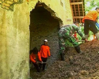 Berita foto dan video SINAR NGAWI terbaru: Kejadian tanah longsor di Kecamatan Sine kabupaten Ngawi yang mengakibatkan rumah warga rusak berat