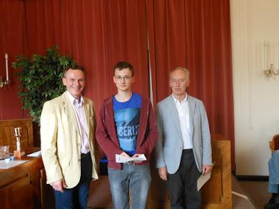 Str. Czerny und Obmann Reif mit Christoph Menezes (bester U18)