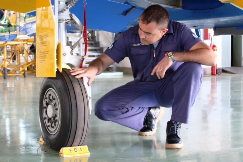 Mecânicos da Esquadrilha da Fumaça assistem à apresentação sobre manutenção de pneus de aeronaves