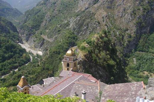 Saorge, du piton rocheux dominant l'église Saint-Sauveur. Pendant que le taxi emmenait sa deuxième fournée…