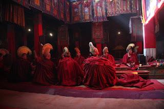 Stik z menihi v samostanu