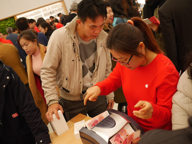 Apple employee using cash counting machine for a man's purchase
