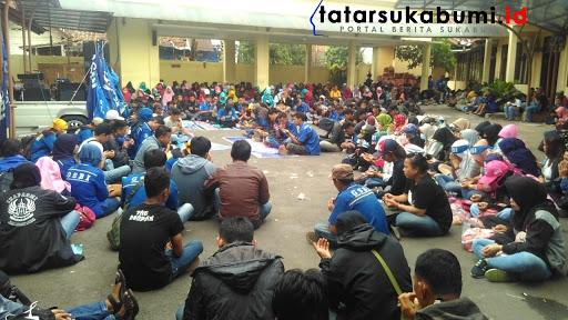 Buruh masih bertahan gelar aksi demo di Disnakertrans Kabupaten Sukabumi