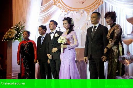 Hình 5:   Cô dâu của Văn Quyết rạng rỡ trong lễ cưới