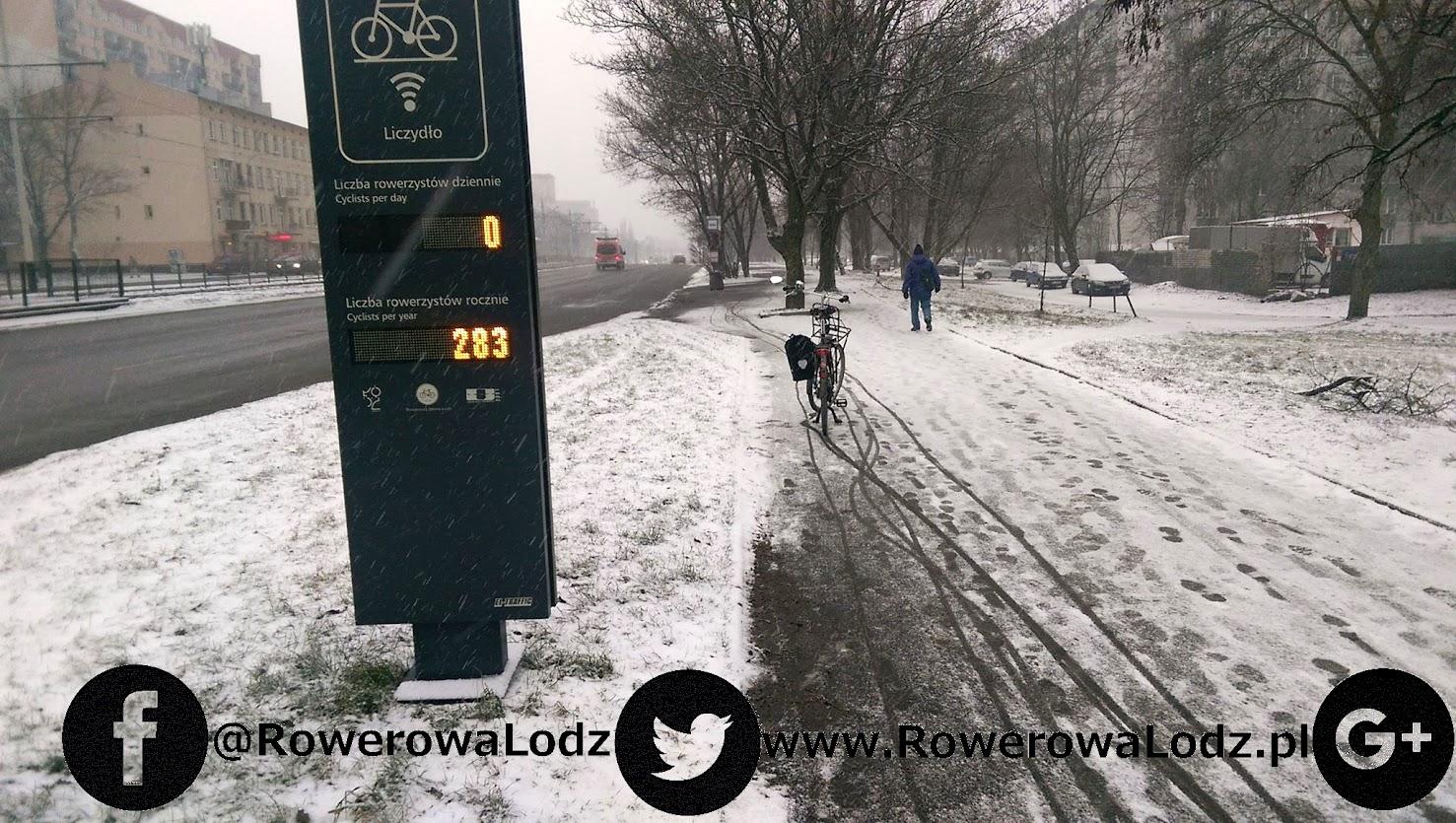 Górny wyświetlacz pokazuje wskazanie rowerzystów zliczonych w kierunku centrum, dół zaś ogół (w obu kierunkach) przejeżdżających w tym roku pobliską drogą dla rowerów.
