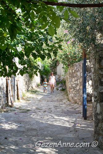 Eski Datça sokaklarında dolaşırken