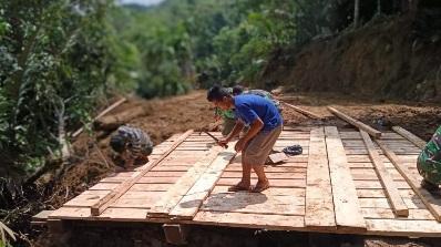 Partisipasi Warga Menunjang Pembangunan  Jembatan Kelima di TMMD Kodim Tapsel