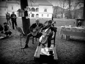 Photo: Oče Silvo in sin Anžej Pušnik Brezovnik v grajskem parku Ravne na Koroškem. Noč knjige - Jaz pa pojdem v knjige. (Foto Zlatka Strgar)  http://www.aperturia.si/blog/galerije-za-stranke/noc-knjige