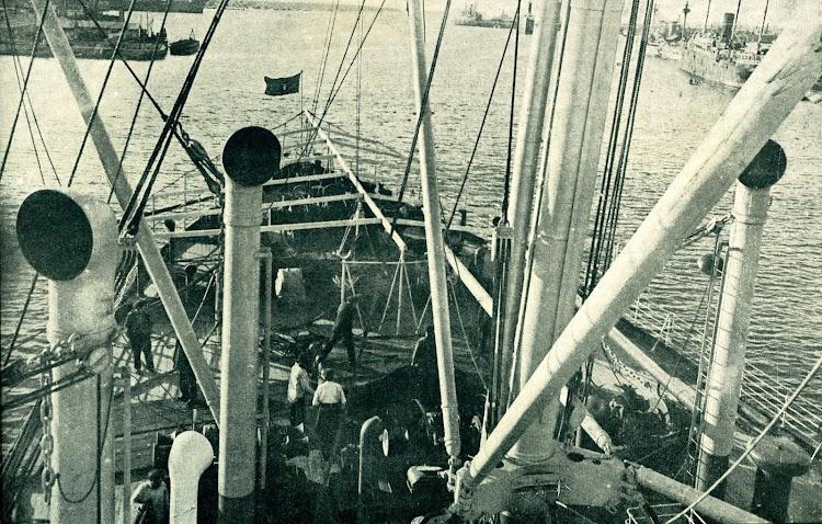 19-La maniobra a proa en el REINA VICTORIA EUGENIA. Del Libro de Información al Pasajero. Año 1919. Compañía Trasatlántica.JPG