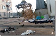 Lo sterco e i rifiuti nel piazza. Sullo sfondo la cassa armonica