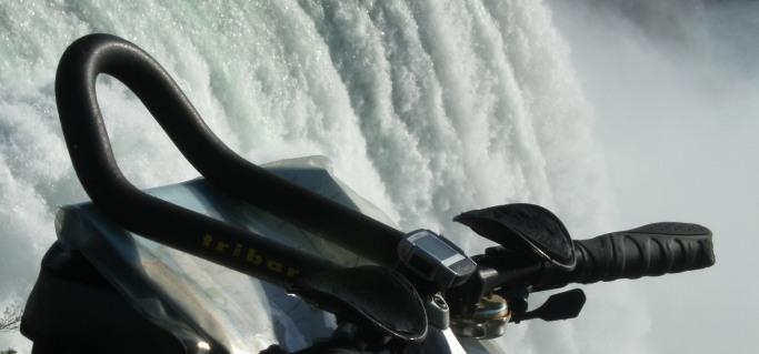 Humpert Triathlon-Lenker/Zeitfahr-Aufsatz tribar Scott-licence, VDO MC1.0 Fahrradcomputer mit Höhenmesser und Kabel und Ortlieb Lenkertasche Ultimate 5 Classic grau/schwarz M auf Panther Dominance Trekking , Niagara Falls, USA