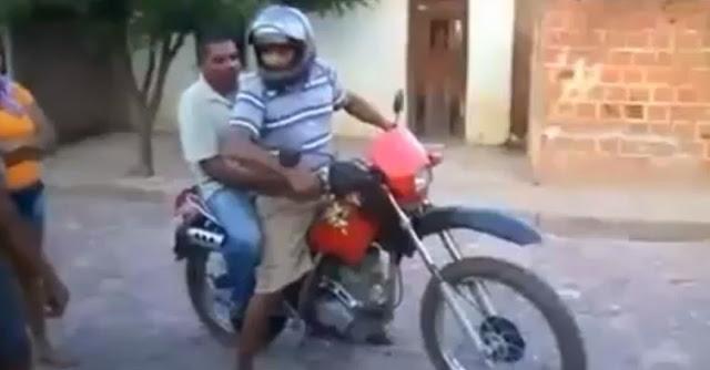 Dois bêbedos a conduzir uma mota num vídeo engraçado de motos