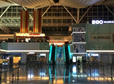 夜明け前の 東京国際空港 羽田の様子。