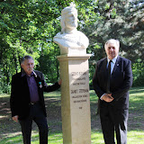 A szent István szobor, balról Hunyadi László a szobor alkotója, jobbról Smuk András.
