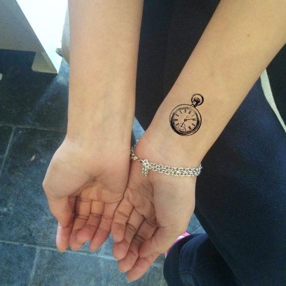 pequeno_relgio_de_bolso_pulso_de_tatuagem
